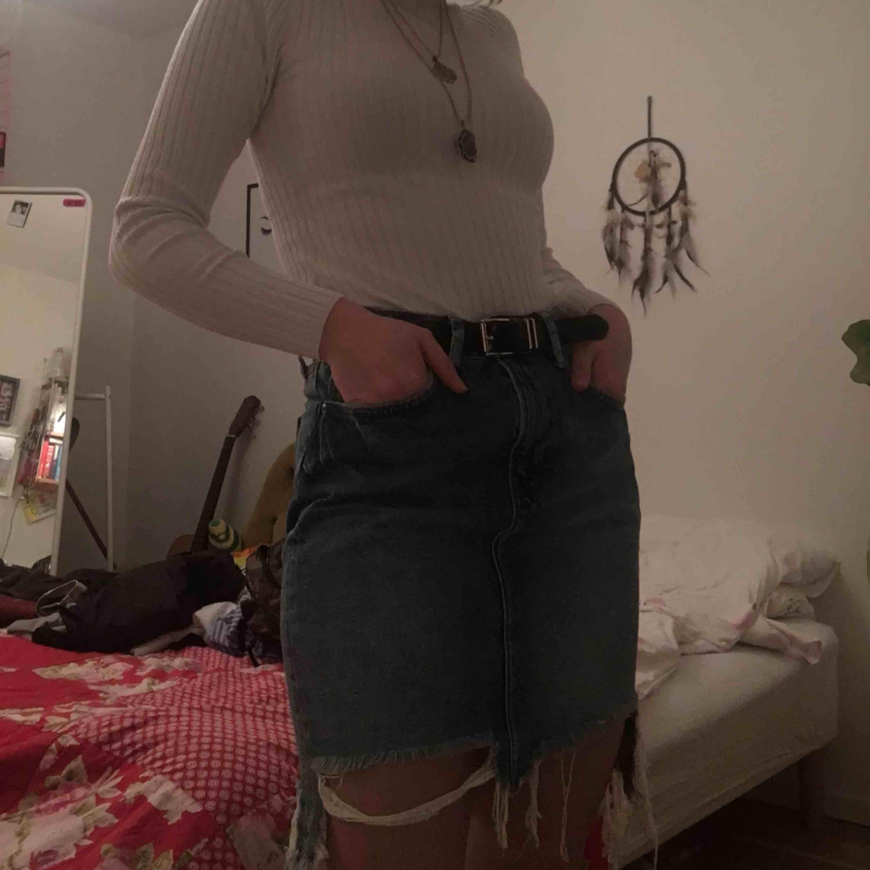 Säljer denna sjukt snygga jeanskjol då den är pytte lite för stor för mig jag har 34-36 så passar nån med 36-38! . Kjolar.