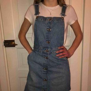 Säljer min jättefina och trendiga jeans klänning. Den är aldrig använd och är alltså i nyskick. Nypris, 349kr, köparen står för frakten(;