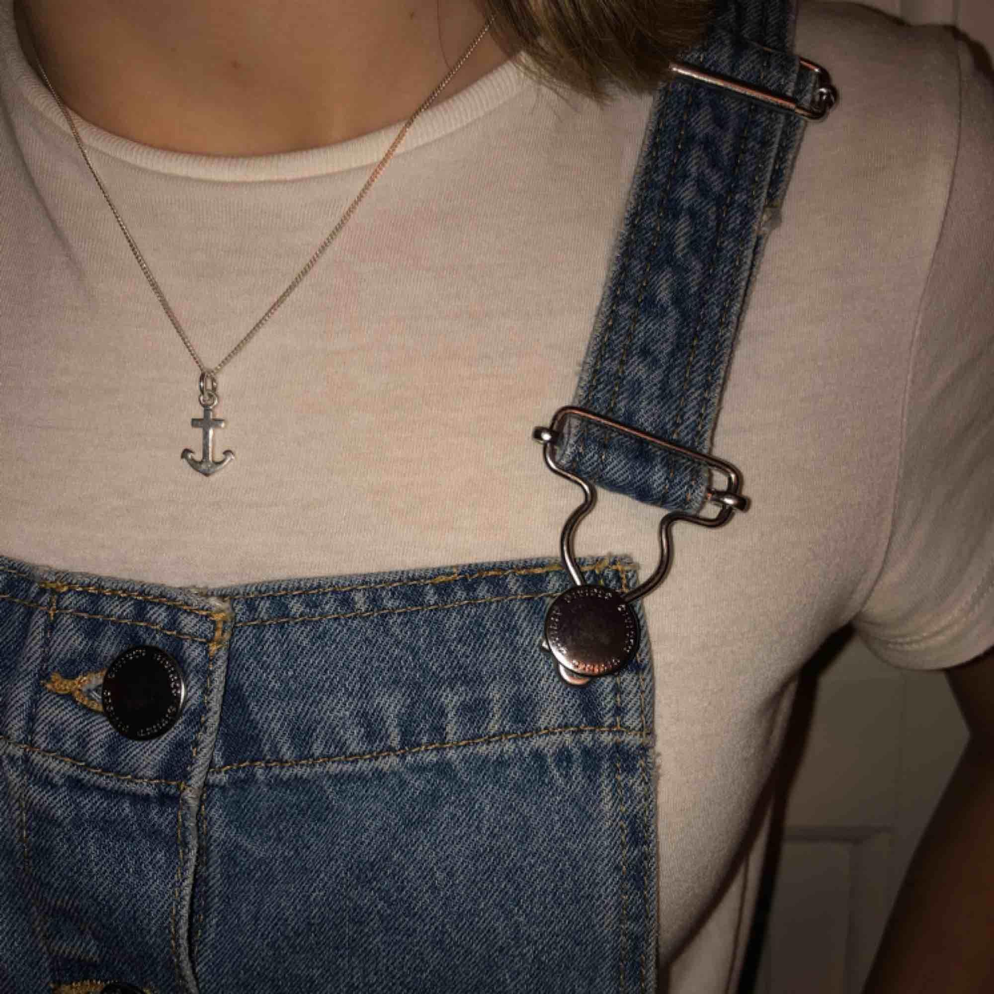 Säljer min jättefina och trendiga jeans klänning. Den är aldrig använd och är alltså i nyskick. Nypris, 349kr, köparen står för frakten(;. Klänningar.