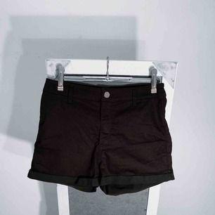 Svarta högmidjade shorts från hm, divided. Storlek 40 men små i storleken. Frakt kostar 36kr extra, postar med videobevis/bildbevis. Jag garanterar en snabb pålitlig affär!✨