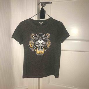 100% äkta t-shirt från Kenzo.  Använd ett fåtal gånger.  Nypris: 1000kr