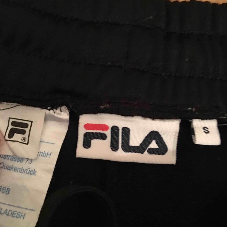 Sjuuuuukt fina Fila byxor i nyskick men kommer aldrig till användning storlek S. Jeans & Byxor.