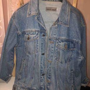 Säljer min blåa jeans-jacka. Storlek m, på mig är den oversize. Inget slitage, använd en sommar.  Kan mötas upp i Stockholm, vi får tillsammans bestämma en bra fungerande mötesplats. Frakt går också bra, köparen står för frakten isåfall:)