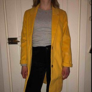 Säljer min ursnygga och trendiga gula kappa. Är använd max 3 gånger så toppen skick! Nypris, 399kr och köparen står för frakten(;