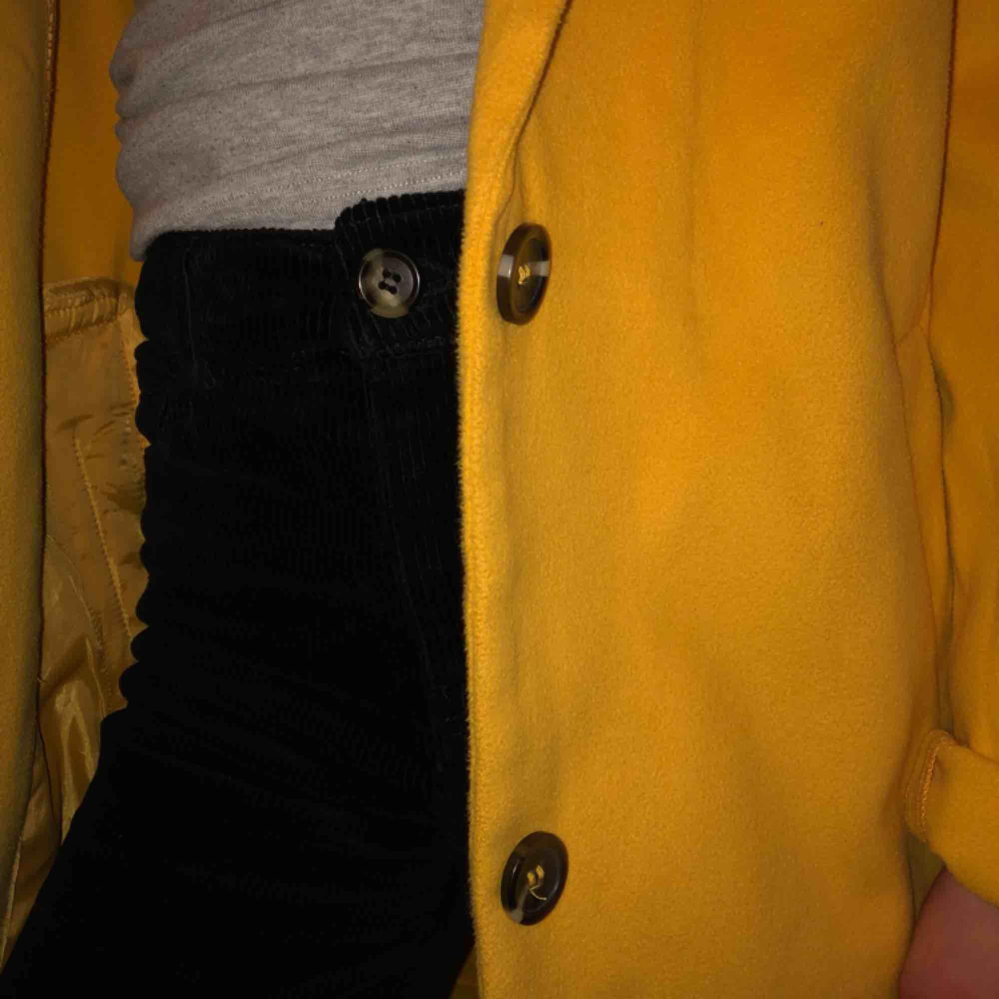 Säljer min ursnygga och trendiga gula kappa. Är använd max 3 gånger så toppen skick! Nypris, 399kr och köparen står för frakten(;. Jackor.