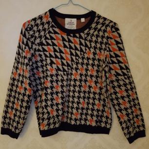 Helt ny tröja från Cheap Monday i retrostil. Tröjan är stickad och i stl S. Frakt ingår.