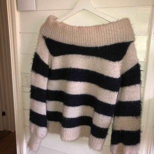 En off the shoulder stickad tröja från GinaTricot. Använd ca 3 gånger och är i väldigt fint skick! Storlek S men passar även till M!