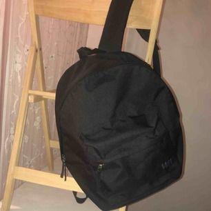 """Säljer min svarta ryggsäck. Enkel, rymlig och inget slitage. Det går att reglera """"banden"""".  Kan mötas upp i Stockholm, vi får tillsammans bestämma en bra fungerande mötesplats. Frakt går också bra, köparen står för frakten isåfall:)"""