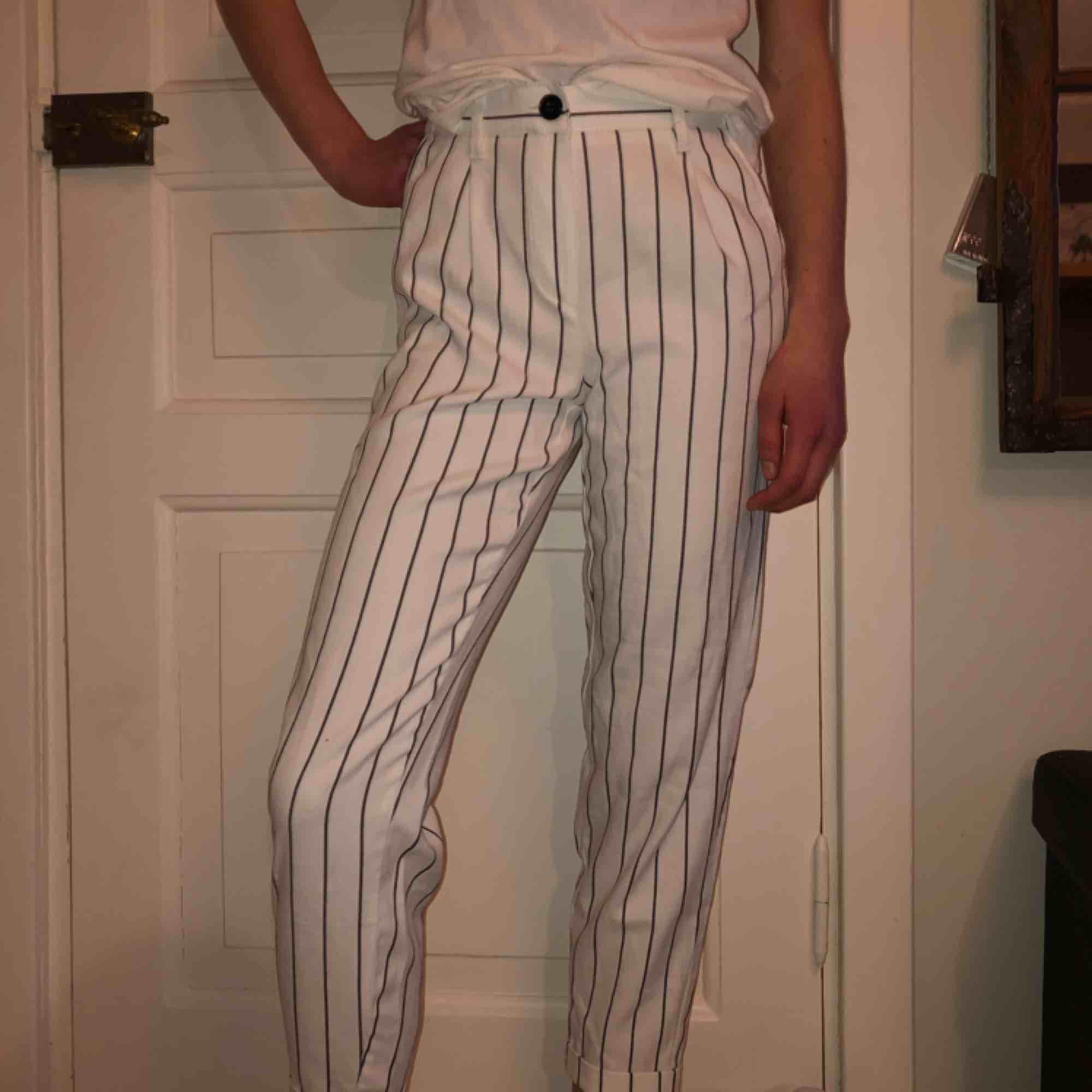 Säljer mina svart och vit randiga kostym byxor, skicket är toppen. Säljer pga kommer inte till användning, köparen står för frakten(;. Jeans & Byxor.