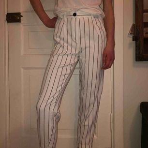 Säljer mina svart och vit randiga kostym byxor, skicket är toppen. Säljer pga kommer inte till användning, köparen står för frakten(;