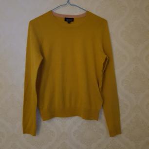 Tunnt stickad tröja i senapsgult, stl S. Använd en gång så i jättefint skick. Frakt ingår.