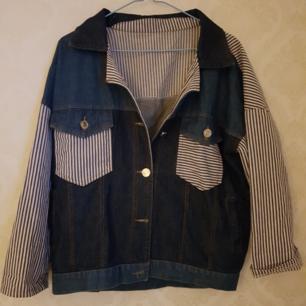 Snygg gammal jeansjacka i lite 70, 80-talsstil. Jättefint skick och mjuk och skön att ha på sig. Jackan är lite oversize så därför passar den både S, M och L.