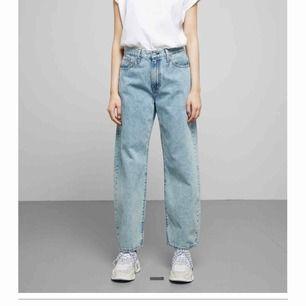Skitsnygga baggy levi's jeans som sitter jättebra på! Passar tyvärr inte bra på mig då jag har för långa ben.. säljer för halva priset, köpte dom för 1200kr