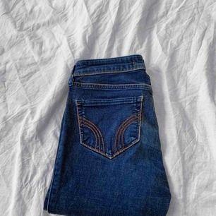 Blå Hollister jeans storlek W23/L29 i använt men bra skick, lite urtvättade. Frakt kostar 55kr extra, postar med videobevis/bildbevis. Jag garanterar en snabb pålitlig affär!✨