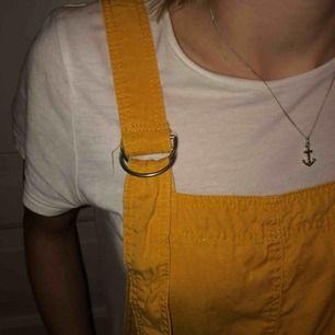 Jag säljer min fina gula hängselklänning i härligt material från bershka. Fint skick! Köparen står för frakten.