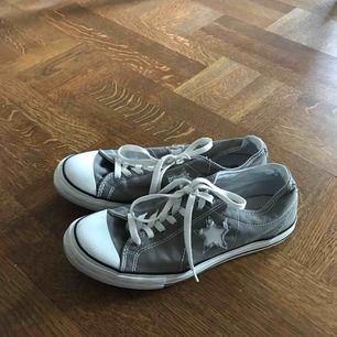 Converse one star. Har ett litet svart sträck på ena skon men annars är dem hela o fina. Fri frakt 👼🏼