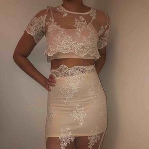 Super fin spets set med underkjol och undertopp, endast använd en gång och köpt för 995kr, men då spetsen blivit lite sliten där bak på kjolen säljer jag den billigt. Storleken är L men jag brukar ha s/m och den sitter bra på mig.