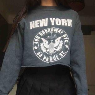 croppad sweatshirt med tryck på. OBS! fraktar ej, möts upp i stockholm 💓