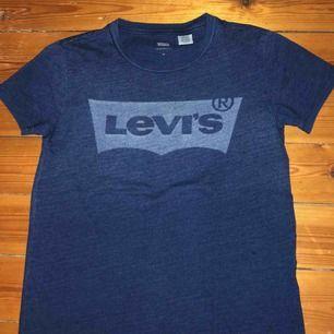 Super snygg Levis tröja, nypris låg runt 400.  Tröjan är knappt använd, som ny. Betalas genom Swish, köparen står för frakten.
