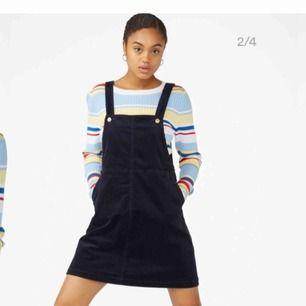 Hängselklänning i mörkblå manchester.  Använd vid fåtal gånger. Storlek s. Köparen står för ev fraktkostnad 🤗