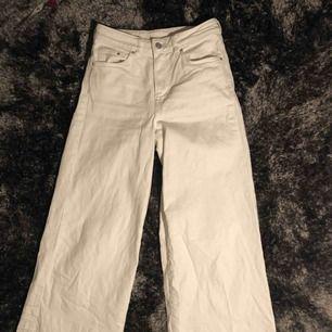 vita culottes/jeans med slitningar nedtill från h&m! helt fläckfria o sparsamt använda. w26, så jag skulle säga att de passar S och liten M då det finns lite stretch i dem😊frakt kostar 35kr, möts annars upp i Gävle