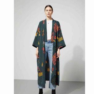 Jättefin kimono / lång-fladdrig-kofta / jacka från Weekday. Storlek XS. Knappt använd. Köparen står för ev fraktkostnad ✨✨