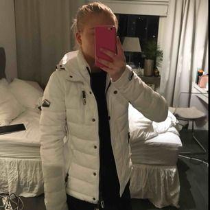 Säljer min fina vita jacka från superdry, den är i ett jätte fint skick och har inga fläckar!! Använd ett fåtal gånger. Den har två dragkedjor, en inre och en yttre. Nytt pris 1100kr, frakt tillkommer🥰