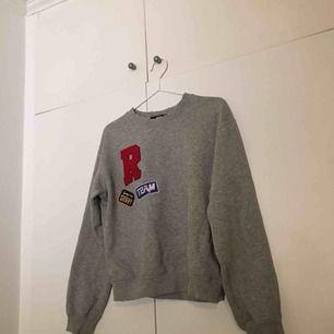 Säljer en supersnygg sweatshirt ifrån bikbok, använd ett fåtal gånger och i bra skick! Storlek XS men passar även S. Frakt ingår (: