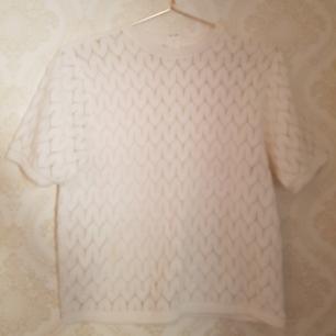 Vit, finstickad tröja från 60 eller 70-talet, är inte helt säker. Jätteskön att ha på sig och den i bra skick. Dragkedja i nacken. Passar S och M. Frakt ingår!