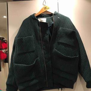 Oversized grön jacka från Carin Wester. Perfekt till vår och höst! Nypris 1000kr