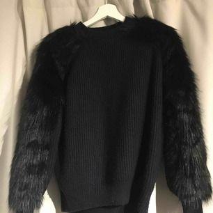 En jättefin tröja med Fake päls på axlarna och neråt. Använd typ 3 gånger. Pälsen är svart och det stickade tyger är marinblått. Frakt tillkommer🥰