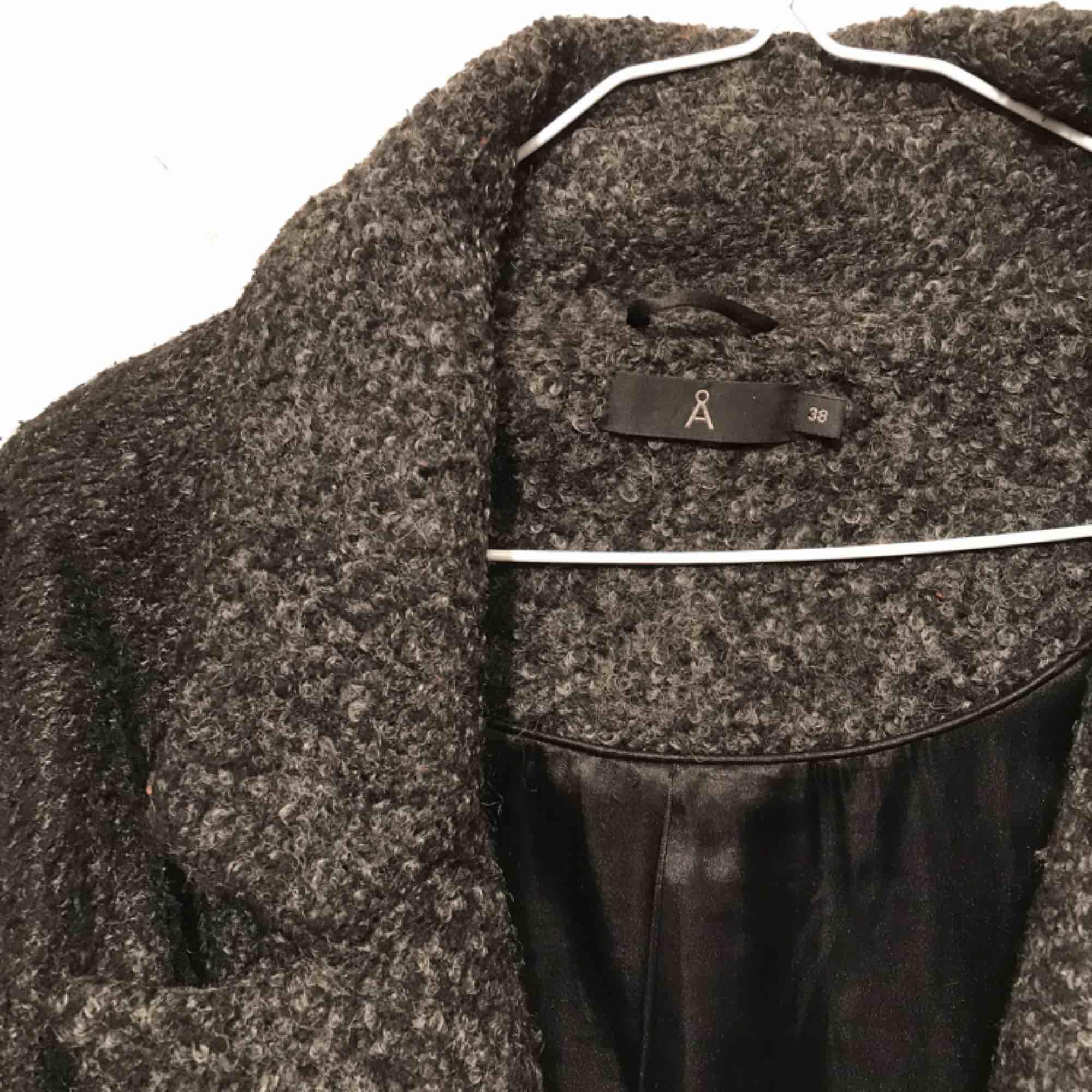 Snygg och skön kappa från Åhléns. Flitigt använd vilket syns, därav lågt pris, men den har mycket kvar att ge och förtjänar att användas. 150 kr inkl frakt inom Sverige. . Jackor.