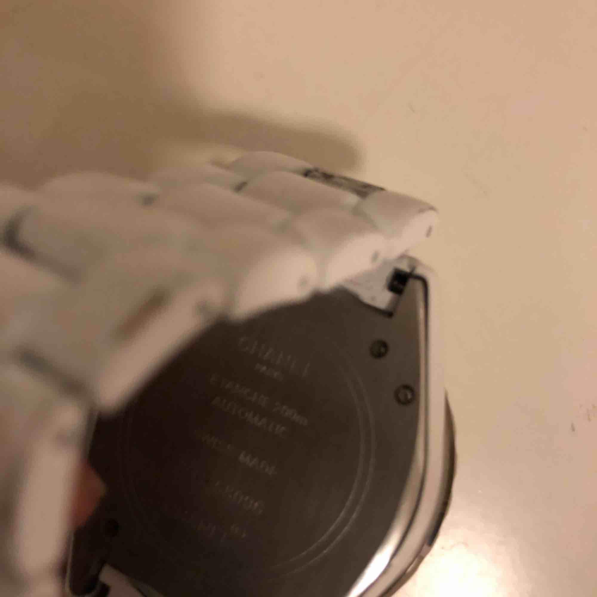 Vit Chanel klocka Ej äkta Säljes i befintligt skick. Ska vara en automatik så inga batterier krävs. Har inte använts på länge. Måste nog dras upp.  Snyggt smycke! Ansvarar ej för postens hantering . Accessoarer.