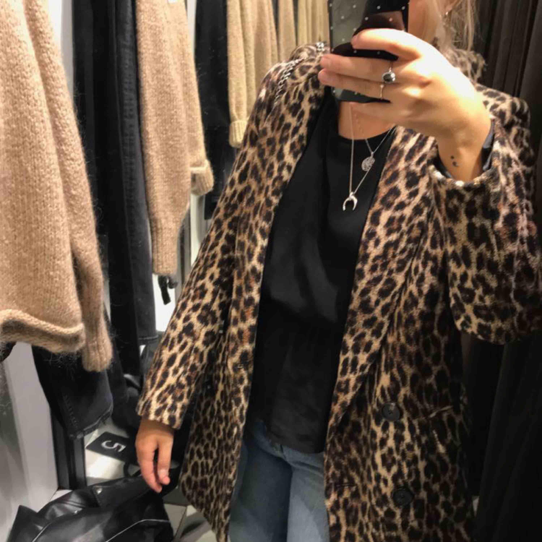 Kappa från zara i leopardmönster :))  Det finns ett hål i ena fickan från när jag skulle sprätta upp fickorna, bara att höra av sig för fler bilder! . Jackor.