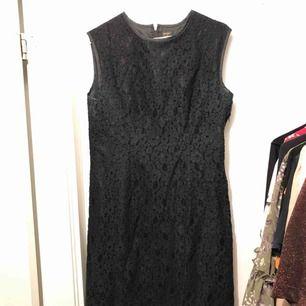 Klänning i svart blommönstrad spets (och underklänning). Sparsamt använd och i fint skick. Frakt ingår i priset.