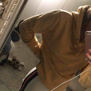 Snygg gul hoodie!