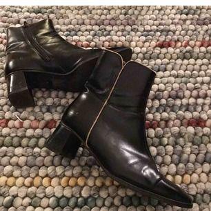 Vintage klackskor (Finsk design) i fint skick! Mycket bekväma på foten och stilrena. Står att de är stl 5 men vet inte i vilken måttenhet, men de passar bra till mig som har stl 38. +Frakt 70kr