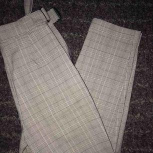 Ett par grårutiga byxor i mycket gott skick då de endast är använda en gång! Storlek 34 och den passar bra på någon i storlek small. Lite ankellånga egentligen men inte på mig som är 160cm! Köparen står för frakt!💗💗