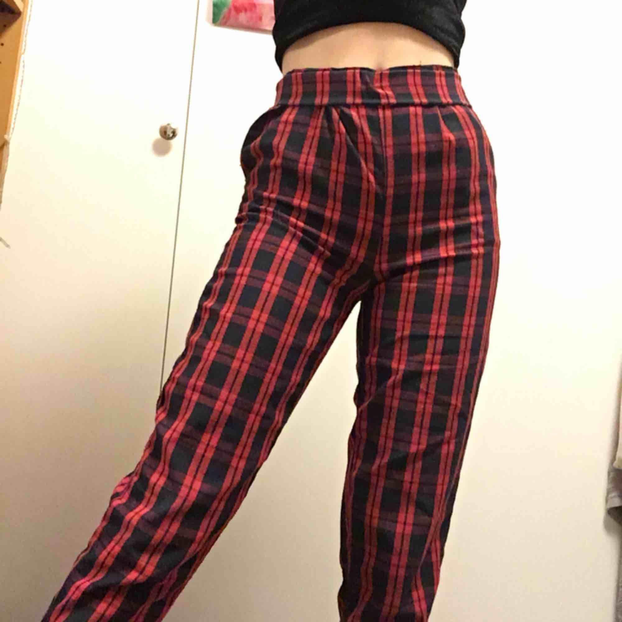 Säljer dessa högmidjade byxor från Pull and bear! Lite noppiga på baksidan men inget som syns om man inte är väldigt nära, annars riktigt balla brallor;-) köparen står för frakt: 55 kr🌹. Jeans & Byxor.
