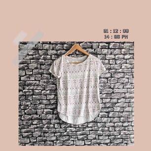 En mönstrad t-shirt som har en liten öppning på sidorna från Kappahl. Jag köpte för ett tag sen. Brukar vanligtvis ha storlek S men denna tröjan passade mig. För fler bilder, går bra att bara fråga :) Frakt förekommer. Kan mötas upp i Göteborg.