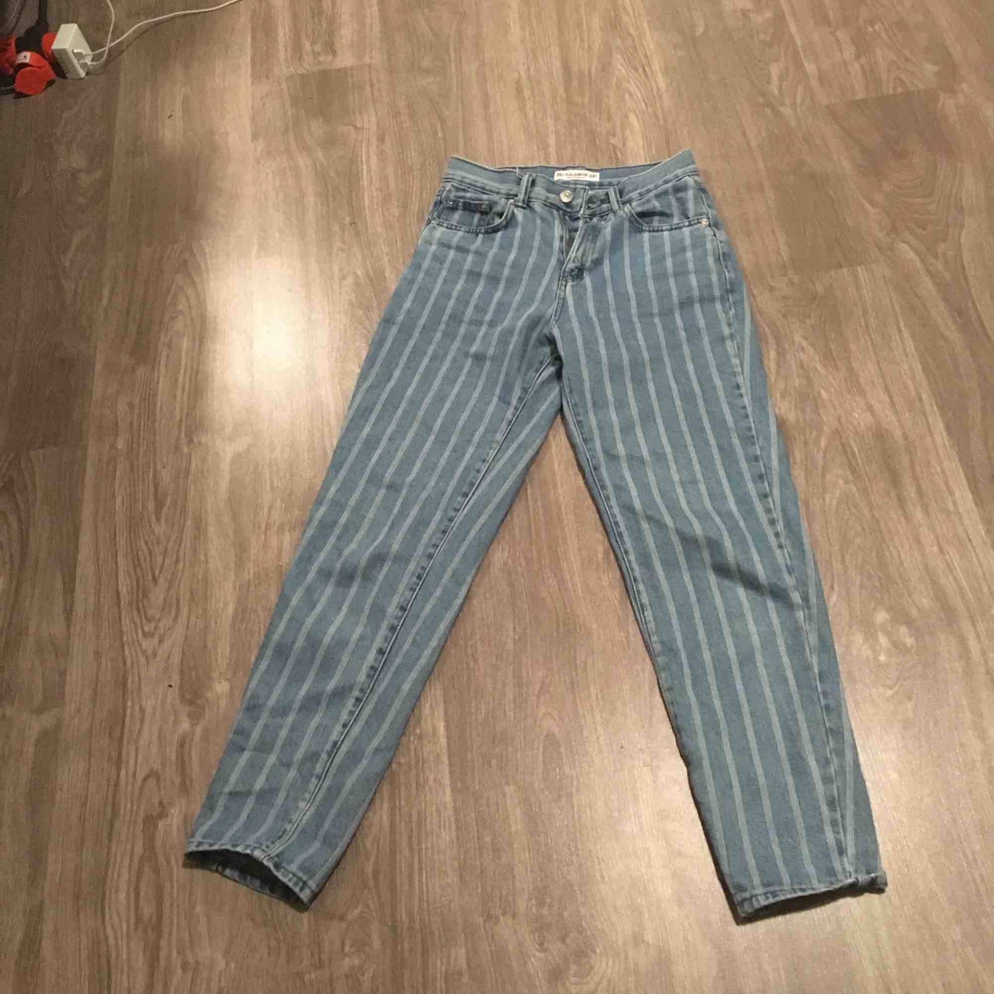 Ett par snygga mom vintage jeans från pul&bear säljs pgr utav att jag inte använt dom på ett tag inga vidare slitningar och ord pris 350kr. Jeans & Byxor.