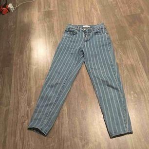 Ett par snygga mom vintage jeans från pul&bear säljs pgr utav att jag inte använt dom på ett tag inga vidare slitningar och ord pris 350kr