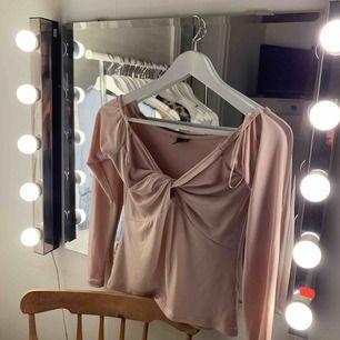 En fin tröja ifrån Gina tricot! Jätte skön och bekväm. Älskar färgen! Den visar lite axlar:)