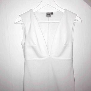 Stilren klänning med V-ringning från asos, bra material som gör att klänningen inte alls är genomskinlig, färgen är kritvit och för er som är ute efter en studentklänning är denna färg lika som studentmössan. Klänningen är i bra längd