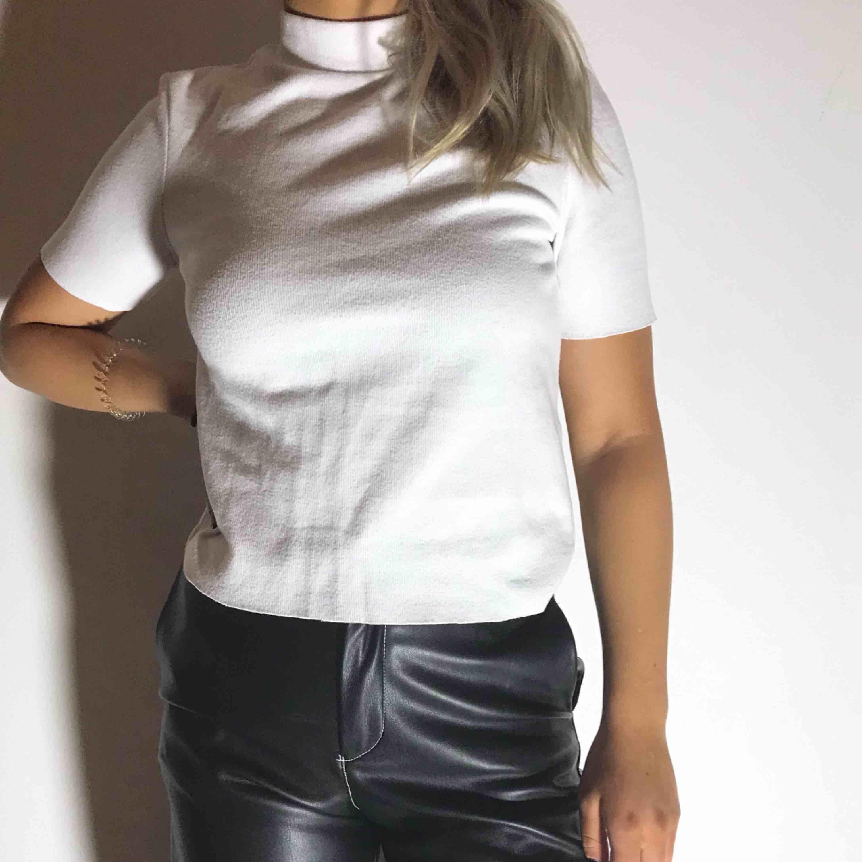 Vit t-shirt med polokrage i storlek S ifrån Zara. Använd 2-3 gånger.. Blusar.