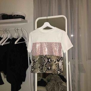 Tshirt med paljetter och ormskin, aldrig använd. Passar både en XS och en S💘