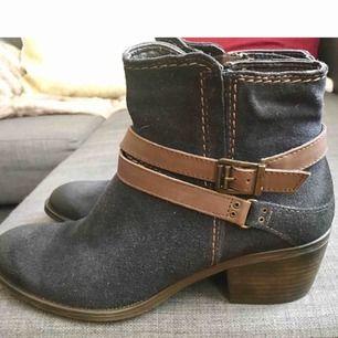 tamaris boots i blå mocka med bruna detaljer. inte mkt använda, se bild.  skickas mot porto