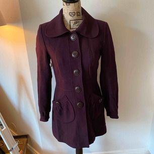 Snygg plommonfärgad/lila jacka från MQ Stockholm. Passar till vintern och sen höst samt tidig vår. Använd men i fint skick.