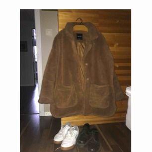 Ett 'kit' till salu.... Teddyjacka från Monki (i stl L) tillsammans med Reebok sneakers och låga dr.martens. 🦋 Hela paketet går för 799:- endast för att jag inte har användning utav detta numera,,, frakt är inräknat i priset. 🍒