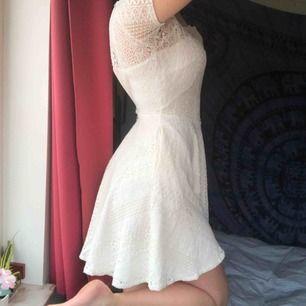 ASSNYGG klänning från Dry Lake perfekt t sommaren (eller studenten ;);) ) grät nästan när den va för liten för mig :( den har en halvöppen rygg som man ser på bild två! Köparen betalat frakt